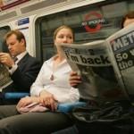 伦敦地铁里很多乘客看报