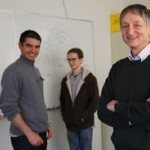 辛顿(右)和他的两名学生共同创立了DNNRearch