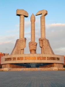 朝鲜劳动党建党纪念碑,锤子和镰刀代表工人和农民,中间的毛笔则象征着知识分子