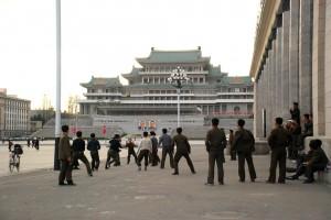 4月30日傍晚,一群朝鲜青年在金日成广场一角打排球