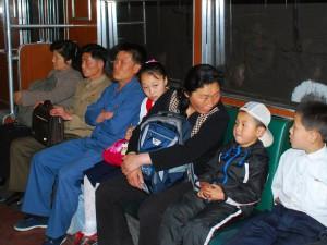 地铁车厢内,乘客们只是静静地坐着,没有人打电话、玩手机、看电子书