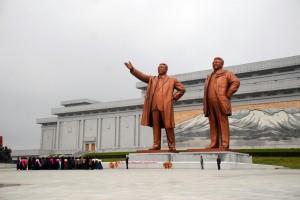 4月29日上午,一群朝鲜妇女身着民族服饰向万寿台金日成、金正日铜像献花