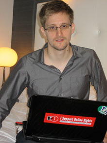 斯诺登的笔记本电脑上贴着EFF的标识