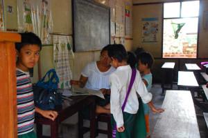 乌本桥旁的一所小学,教室内看不到任何电教设施