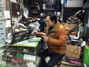 老王在维修笔记本电脑